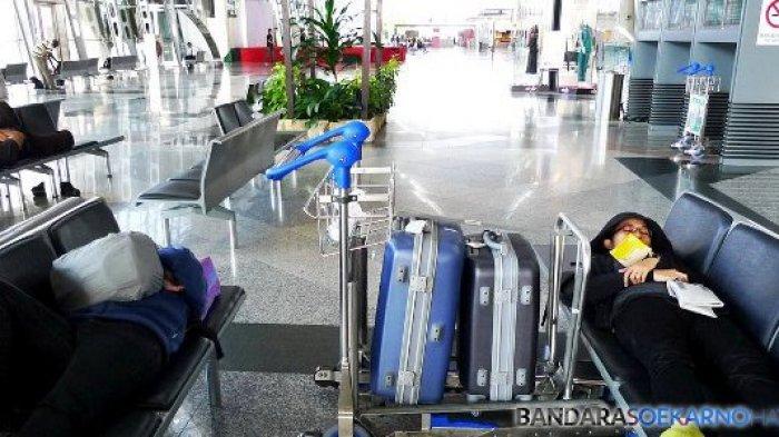 Selain lebih hemat, tidur di Bandara juga lebih praktis daripada harus terbangun tengah malam atau pagi-pagi buta hanya untuk mengejar pesawat.
