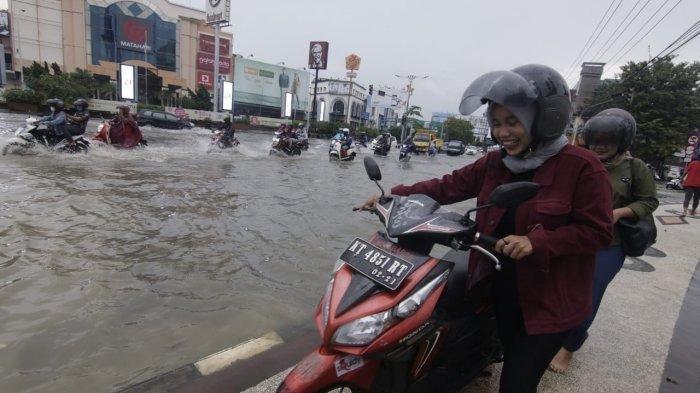 Agar Tidak Mogok, Berapa Batas Aman Terjang Banjir Saat Naik Motor?
