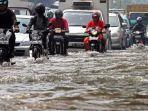 sejumlah-kendaraan-menerjang-banjir.jpg