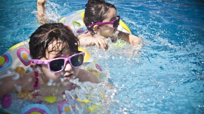 3 Manfaat Mengajarkan Anak Berenang Sejak Usia Dini