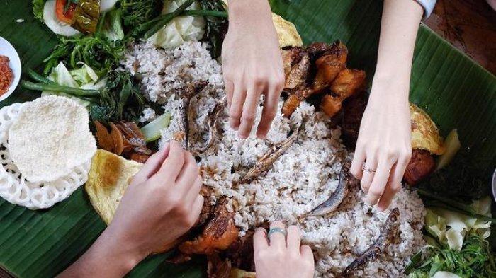 6 Manfaat Makan Pakai Tangan, Salah Satunya Mencegah Penyakit Mematikan