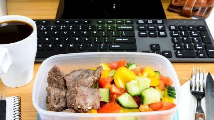 Mulai Sekarang Tinggalkan Kebiasaan Makan di Meja Kantor, Ini Alasannya