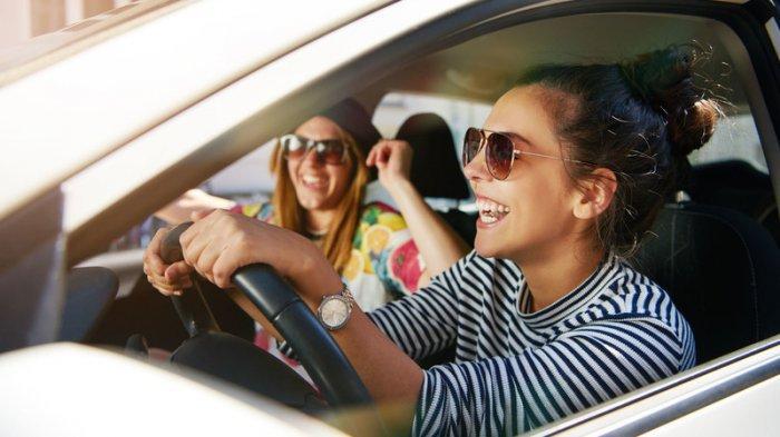 Mempunyai SIM Internasional juga memudahkan kamu saat menyewa kendaraan dan mengendarainya tanpa melanggar hukum di negara yang bersangkutan.