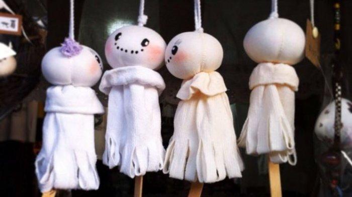 Teru-teru Bozu, boneka pemanggil hujan. Di beberapa tempat masih ada orang-orang yang masih percaya dengan tradisi, termasuk melakukan ritual mendatangkan hujan.