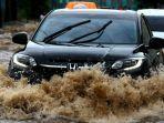 mobil-terjang-banjir.jpg