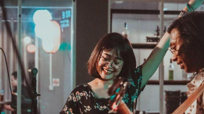 Potret vokalis band indie Lampung MRNMRS Febyka Aprilia.