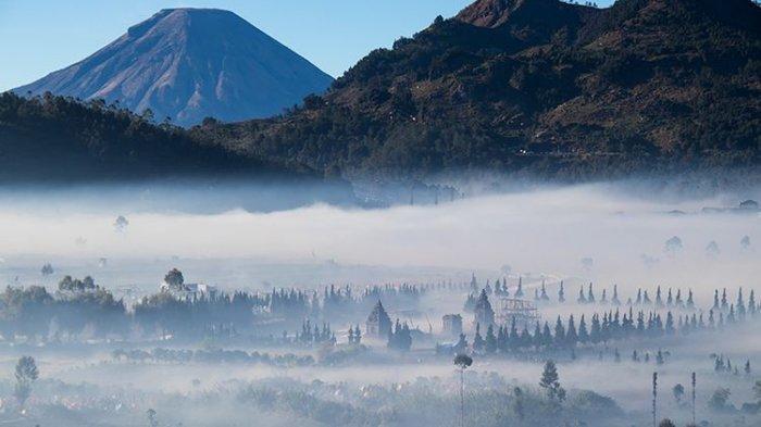 Kawasan Candi Arjuna Dieng yang berselimut kabut pada Pagi Hari.
