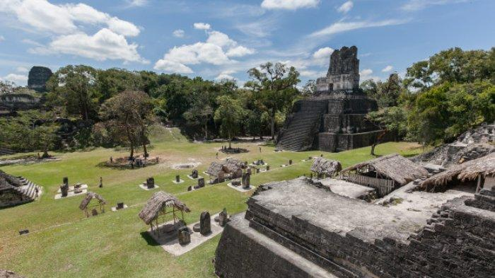 Candi piramida kuno yang dibuat oleh Suku Maya di Guatemala.