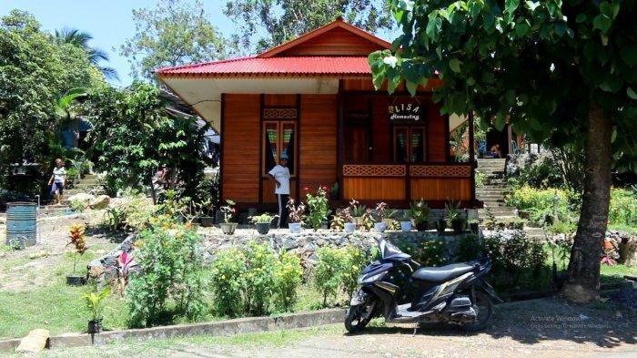 Bunga aneka warna memenuhi pekarangan home stay milik Ferry Rantung di Desa Marinsow, Kecamatan Likupang Timur, Kabupaten Minahasa Utara, Provinsi Sulawesi Utara, Selasa (2/3/2021).