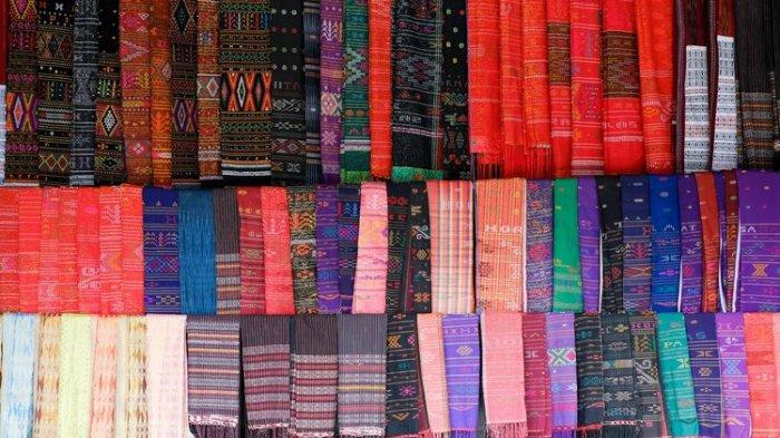 Ilustrasi berbagai jenis Kain Ulos khas Batak.