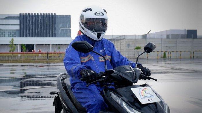 Perlengkapan pengendara motor saat musim hujan.