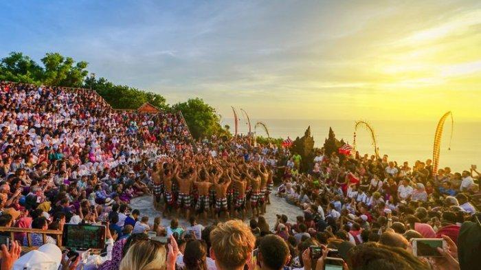 Wisatawan mancanegara memadati Pura Uluwatu untuk menyaksikan pertunjukan Tari Kecak.