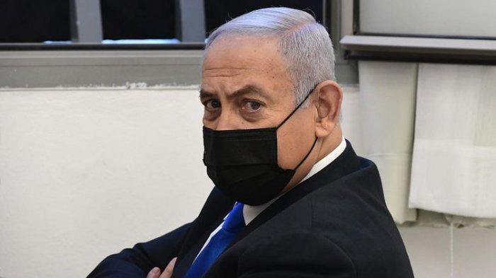 Perdana Menteri Israel Benjamin Netanyahu meninjau sebelum sidang di pengadilan distrik di Yerusalem, Senin (8/2/2021).
