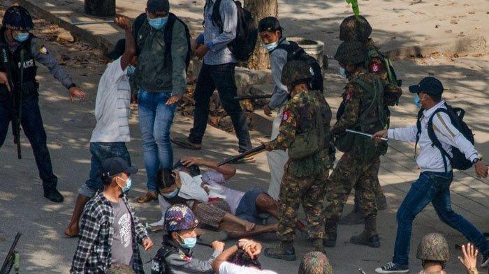 Aparat keamanan memukuli dengan tongkat besi seorang pengunjuk rasa wanita dan seorang pengunjuk rasa pria yang tertangkap saat aksi demonstrasi menentang kudeta militer di Monywa pada 27 Februari 2021. Seorang wanita dilaporkan tewas tertembak mati saat demo di Myanmar dan dilaporkan total sudah 5 orang tewas akibat tindakan kekerasan polisi dan tentara dalam menangani demo.