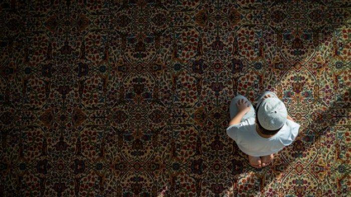 Anak kecil salat di masjid.