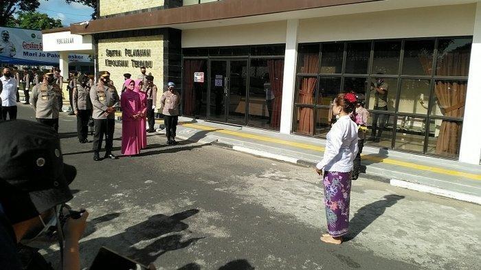 Irjen Pol Drs Nana Sudjana disambut oleh Tari Maengket, Senin (8/3/2021).
