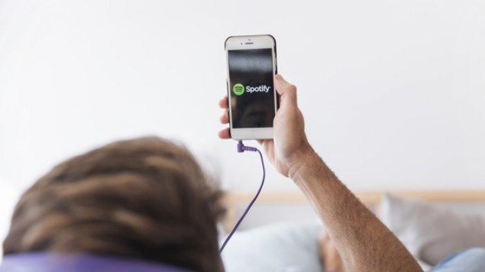 Mendengarkan Spotify di hp.