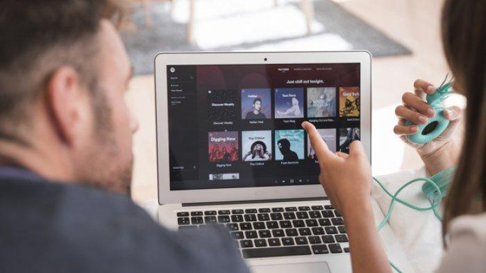 Ilustrasi mendengarkan musik di Spotify.