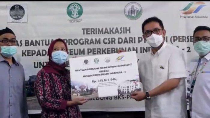SEVP Bisnis Support PTPN III, Bapak Suhendri menyerahkan bantuan CSR ke Museum Perkebunan Indonesia secara simbolis yang diterima oleh Direktur Eksekutif Musperin Sri Hartini, Gedung BKSPPS, Jalan Palang Merah, Kota Medan, Selasa (8 September 2020)