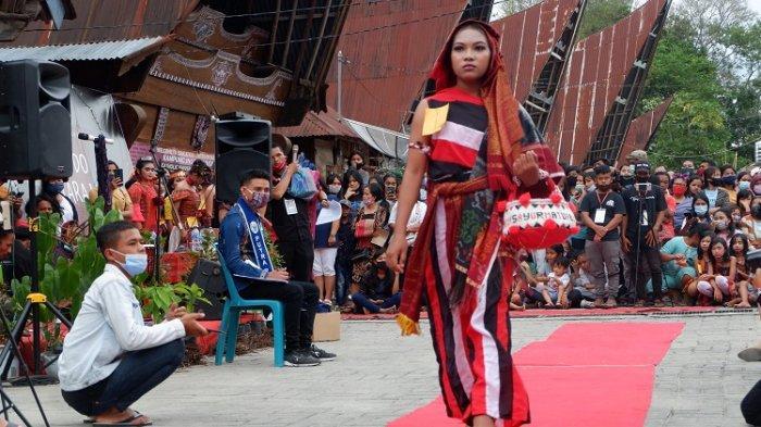 Salah satu peserta  acara fashion show ulos yang pertama kali diselenggarakan Kampung Ulos Hutaraja, Desa Lumban Suhi Suhi Toruan, Kabupten Samosir, Jumat (25/1/2020)