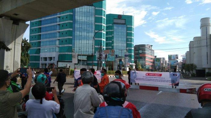 PT KAI (Persero) Divre I SU Membagikan Masker dan Sosialisasi pada pengendara terkait Keselamatan Berlalulintas di Perlintasan Sebidang, Jalan MT Haryono Kota Medan, Rabu (14/10/2020)