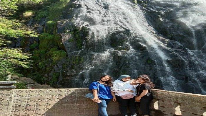 Deby dan dua temannya berswafoto di Air Terjun Erfrata, yang ada di kawasan Danau Toba, Desa Sosor Dolok, Kecamatan Harian, Kabupaten Samosir, Selasa 8 September 2020