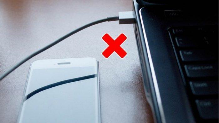 Mengisi baterai ponsel dari laptop.