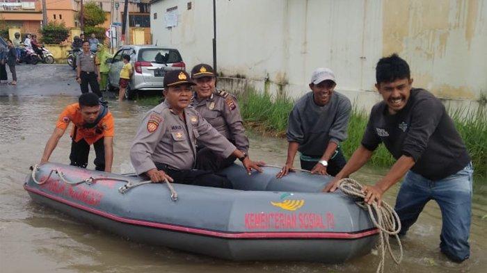 Banjir merendam sedikitnya 13 kelurahan di Kota Solok, Sumatera Barat, Senin (17/2/2020). Banjir tersebut dipicu oleh tingginya curah hujan yang mengguyur Kota Solok dan Kabupaten Solok di Batang Lembang dan Batang Gawan pada pukul 21.00 WIB.