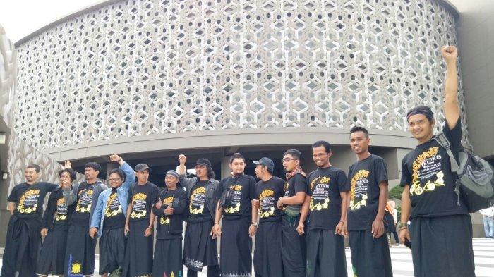 Sebanyak 13 perupa Aceh foto bersama di Museum Tsunami Aceh, Banda Aceh, Minggu (10/12/2017). SERAMBI INDONENSIA/EDDY FITRIADI