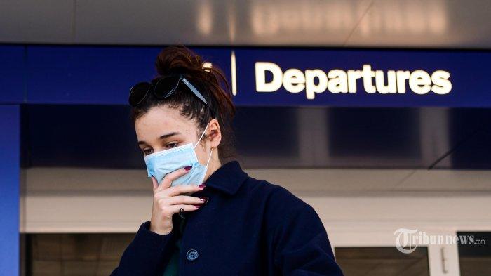 Seorang penumpang yang mengenakan masker pelindung, di tengah kekhawatiran tentang wabah COVID-19, berjalan di Bandara Linate di Milan. Italia. Minggu (8/3/2020).  Pemerintah Italia mengambil langkah drastis dalam upaya untuk menghentikan penyebaran coronavirus mematikan yang melanda dunia, dengan mengkarantina paksa 15 juta orang di wilayah luas Italia utara hingga 3 April, kerena lebih dari 230 kematian, Italia telah mencatat kematian terbanyak akibat penyakit COVID-19 di negara mana pun di luar China, tempat wabah dimulai pada bulan Desember.  (AFP/Piero CRUCIATTI) *** Local Caption *** Pemerintah Indonesia melalui Kementerian Luar Negeri (Kemenlu) mengeluarkan larangan pendatang dari sejumlah negara untuk masuk wilayah Indonesia.   Pendatang yang dilarang adalah mereka yang datang atau punya riwayat perjalanan dari wilayah-wilayah tertentu dari 4 negara yaitu China, Iran, Korea Selatan, dan Italia.