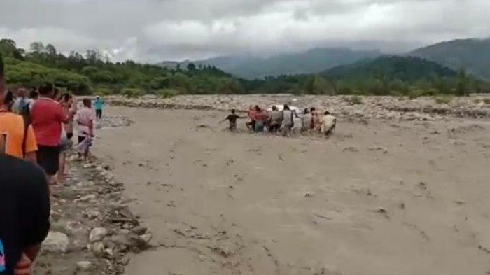 16 Pria Terobos Sungai yang Banjir, Bawa Jenazah Tokoh Adat Sejauh 7 Km ke Pemakaman, Ini Kisahnya