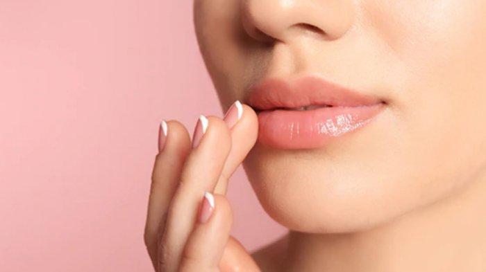 Jangan Asal Pilih, Ini 3 Kandungan yang Harus Ada di Pelembab Bibirmu