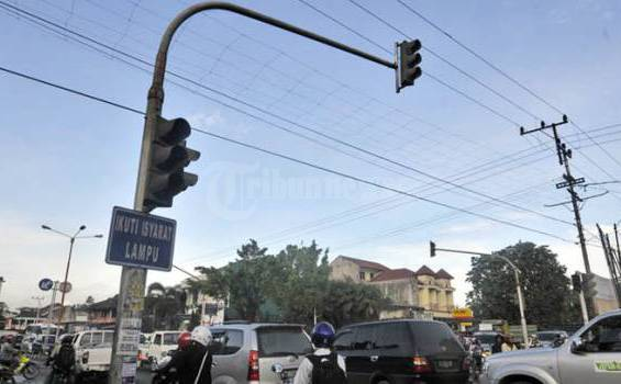 Kemacetan lalu lintas terjadi di  jalan A Yani, Samarinda Utara, akibat matinya Traffic Light  (lampu lalu lintas) tanpa terpantau Polisi Lalu Lintas, Senin (6/6/2011) sore.Kemacetan bagi warga Samarinda merupakan hal yang lumrah bagi Samarinda, meskipun pemkot berupaya namun tidak maksimal mengatasinya. (TRIBUNKALTIM/NEVRIANTO HARDI PRASETYO)