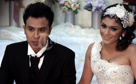 Artis Thalita Latiefbersama Dennis Lyla melakukan sesi wawancara dengan media terkait pernikahan mereka, sebelum melakukan proses pemotretan, di Studio May May Bridal, Jakarta, Kamis (14/7/2011). (TRIBUNNEWS/DANY PERMANA)