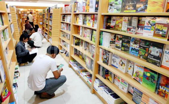 ILUSTRASI - Sejumlah pengunjung membaca Buku sambil jongkok di Gramedia Mal Panakkukang, Makassar, Rabu (10/8/2011). Banyak pengunjung menunggu waktu berbuka puasa (Ngebuburit) sambil membaca buku. (Tribun Timur/Abbas Sandji)