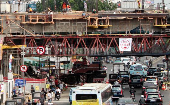 Pekerja sedang mengerjakan pembangunan jembatan penghubung dari Pasar Proyek Senen ke Atrium Senen, Jakarta Pusat, Jumat (21/10/2011). Bank Pembangunan Asia (ADB) meramalkan pertumbuhan ekonomi tahun ini sebesar 6,6 persen. (tribunnews/herudin)