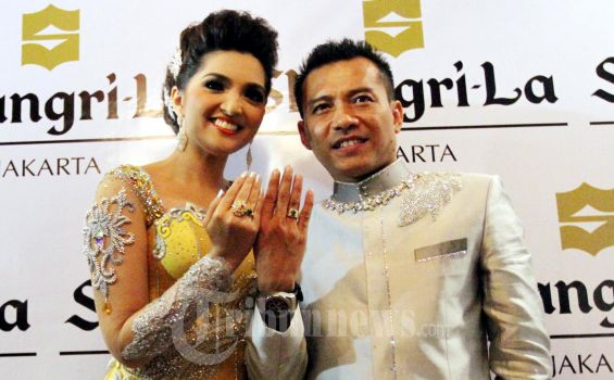Penyanyi Ashanty dan Anang Hermansyah menunjukan cincin pertunangan mereka kepada wartawan di Hotel Shangri La, Jakarta. Sabtu (25/2/2012) Prosesi pertunangan Anang Hermansyah dihadiri kedua anaknya yaitu Aurel Hermansyah dan Azriel Hermansyah.  (TRIBUNNEWS.COM/FX ISMANTO)