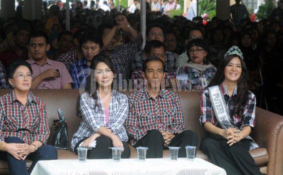 Walikota Solo Joko Widodo atau Jokowi Bakal Calon Gubernur DKI Jakarta dengan nu urut 3 yang bepasangan dengan Basuki Tjahaja Purnama atau Ahok yang diusung Partai PDI Perjuangan dan Partai Gerinda, kunjungi Pabrik Mustika Ratu, Ciracas, Bogor, Jumat (18/4/2012). Mereka disambut oleh Mooryati Soedibyo, (Pengusaha dan pemilik ramuan Mustika Ratu), Presiden Direktur Mustika Ratu, Putri Wardhani, Maria Selena, (Putri Indonesia 2011) dan ratusan karyawan Mustika Ratu. (TRIBUNNEWS.COM/FX ISMANTO)
