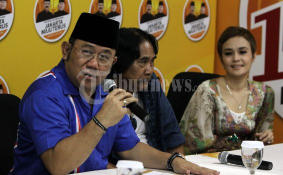 Nachrowi Borong Buku Pantun Betawi