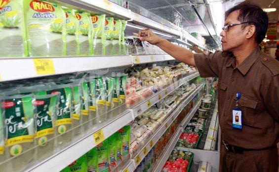 BPOM Provinsi Lampung menggelar razia makanan kemasan dan parsel di beberapa supermarket di Bandar Lampung Selasa (24/07/2012). dalam razia ini, BPOM menemukan beberapa kemasan makanan yang tidak sesuai standar, seperti penyok dan tidak memiliki surat izin. (TRIBUN LAMPUNG/Perdiansyah)