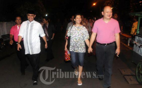 ARI SIGIT BUAT PARTAI BARU PAKAR: Menjelang Pilpres 2014, bermunculan partai baru seperti yang dibuat cucu kesayangan Mantan Presiden RI ke-2 Soeharto, Ari Haryo Wibowo yang akrab dipanggil Ari Sigit membuat Partai Karya Republik (PAKAR) yang berkantor di Jalan Raya Salemba Kav 35, Jakarta.  Untuk mempererat tali silaturahmi dan kekuatan Ari Sigit sebagai Ketua Umum DPP PAKAR, Minggu (29/7/2012) malam mengadakan pertemuan dikediaman di Jalan Yusuf Adiwinata, Jakarta.  Hadir dalam acara silaturahmi diantaranya, Puspito Adi Wibowo (Sekjen DPP PAKAR), Ibu Hj Dwi Suryawati Said (Ketua DPD PAKAR DKI Jakarta), Tubagus Sumawijaya (Wakil Ketua Umum DPP PAKAR), pengurus DPC, PAC dan kader pengurus ranting. Usai acara silaturahmi dan membahas persiapan rapat konsolidasi untuk deklarasi PAKAR, Ari Sigit Soeharto didampingi istri tercinta Rika Callebaut mengajak semua yang hadir untuk makan bersama yang sudah dipesankan di Rumah Makan 'Tesate' oleh Ibunda Ari Sigit yaitu Ibu Putri Aryanti Haryowibowo. Karena tempat 'RM Tesate' tak jauh dari kediaman, Ari Sigit mengajak semuanya berjalan kaki menuju 'RM Tesate'. (TRIBUNNEWS.COM/FX ISMANTO)