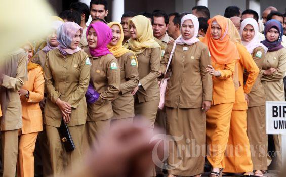 Pegawai Negeri Sipil (PNS) di lingkungan Pemerintah Aceh antrean menunggu giliran untuk bersalaman dengan Gubernur Aceh, dr Zaini Abdullah pada apel perdana usai Lebaran Idul Fitri di Kantor Gubernur Aceh, Kamis (23/8/2012). (SERAMBI/BUDI FATRIA)