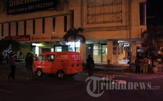Polisi memeriksa lokasi penembakan Pos Polisi di Plaza Singosaren, Jalan Rajiman, Solo, Jawa Tengah, Kamis (30/8/2012) malam. Saksi mata menyatakan dua pelaku berboncengan sepeda motor menembak ke arah Pos Polisi sekitar pukul 21.15 WIB. Pengendara hanya berhenti di dekat perempatan, sedangkan pembonceng berjalan menuju Pos Polisi di pojok gedung Plaza Singosaren. Seorang anggota polisi tewas dalam peristiwa tersebut. WARTA JATENG/Damianus Bram