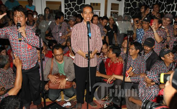 Jokowi Menunduk Selama Rapat