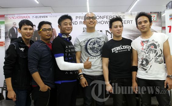 Grup musik The Titans saat melakukan konferensi pers mengenai peluncuran albumnya yang bertajuk 'Kirana' di gerai ritel 7-Eleven Saharjo, Tebet, Jakarta Selatan, Jumat (5/10/2012). (Tribun Jakarta/Jeprima)