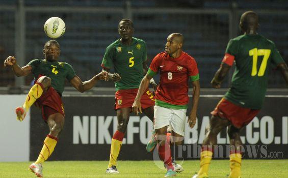 Pemain Tim Nasional Indonesia, Elie Aiboy mencoba mencuri bola yang dikuasai para pemain Kamerun dalam laga uji coba menjelang Piala AFF 2012 di Stadion Utama Bung Karno, Jakarta, Sabtu (17/11/2012). Pertandingan berakhir imbang tanpa gol. Kompas/Wawan H Prabowo (WAK)