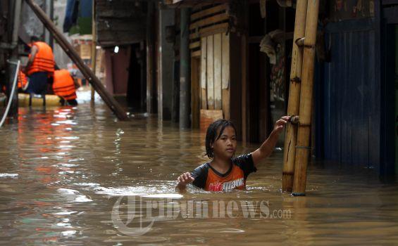 Anak-anak di Kampung Pulo Terpaksa Bolos Sekolah