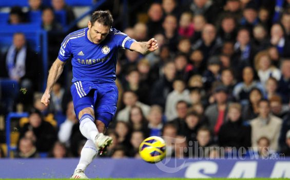 Chelsea's English midfielder Frank Lampard takes a freekick during the English Premier League football match between Chelsea and Aston Villa at Stamford Bridge in London, on December 23, 2012. AFP PHOTO/GLYN KIRK     RESTRICTED TO EDITORIAL USE. No use with unauthorized audio, video, data, fixture lists, club/league logos or ?live? services. Online in-match use limited to 45 images, no video emulation. No use in betting, games or single club/league/player publications.