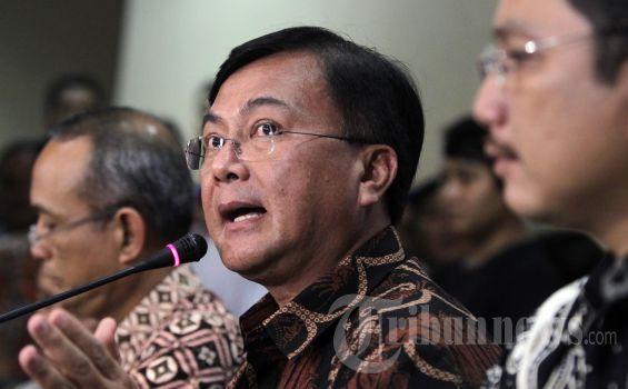 Deputi Bidang Penindakan Badan Narkotika Nasional, Inspektur Jenderal Benny Mamoto (tengah) memberikan keterangan pers hasil penetapan status Raffi Ahmad bersama tujuh orang lainnya yang diperiksa BNN di  Kantor Badan Narkotika Nasional, Jakarta, Jumat (1/2/2013). Raffi Ahmad ditahan dan ditetapkan sebagai tersangka karena terbukti mengonsumsi 3,4-MDMC dan kepemilikan narkoba. KOMPAS IMAGES/KRISTIANTO PURNOMO