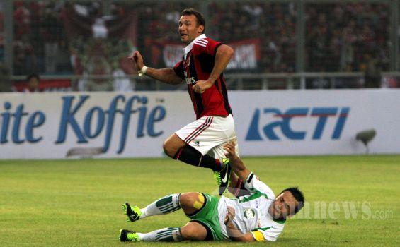 Pemain AC Milan Glorie, Andriy Shevchenko (kiri) dihadang oleh pemain Indonesia All Star Legends, saat pertandingan persahabatan di Stadion Gelora Bung Karno, Jakarta Pusat, Sabtu (9/2/2013). Pertandingan berakhir dengan skor 4-2 untuk kemenangan AC Milan Glorie. TRIBUNNEWS/HERUDIN